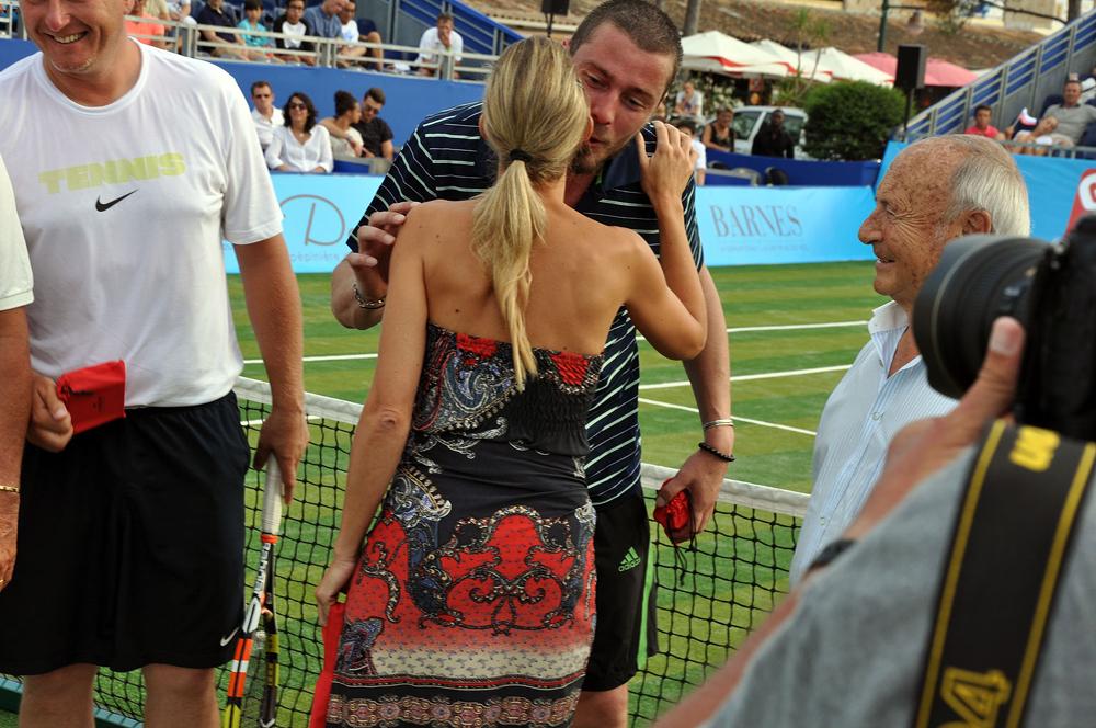 Saint-Tropez Classic Tennis Tour 2015 - Remise des prix (Bracelet Noreve en cuir & son Charm Clocher) à Marat Safin sous le regard de Monsieur Tuvéri