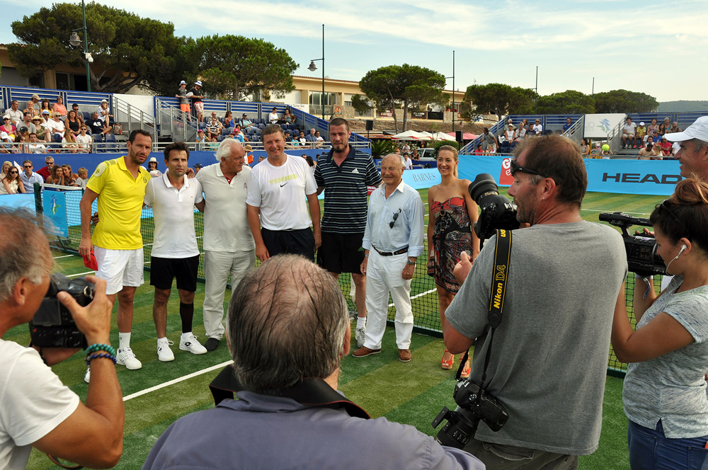 Saint-Tropez Classic Tennis Tour 2015 - De gauche à droite : Michael Llodra, Fabrice Santoro, Christian Bîmes (habillé du polo Noreve), Levgueni Kafelnikov, Marat Safin, Monsieur le Maire Jean-Pierre Tuveri et Géraldine Guigues (Noreve)