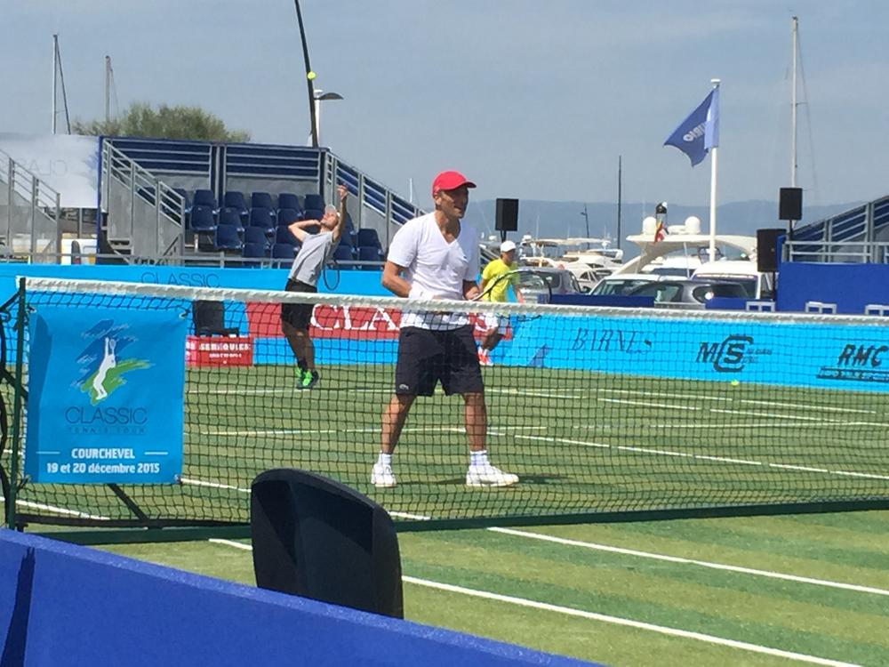Saint-Tropez Classic Tennis Tour 2015 - Première matinée : échauffement de Nagui & Fabrice Santoro