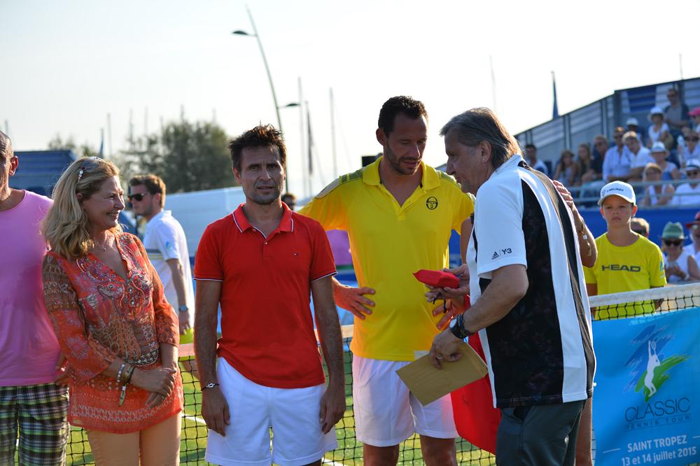 Saint-Tropez Classic Tennis Tour 2015 - Sylvie Siri (adjointe à la mairie de Saint-Tropez), Björn Borg, Fabrice Santoro, Michael Llodra & Ilie Năstase pour la remise des prix Noreve