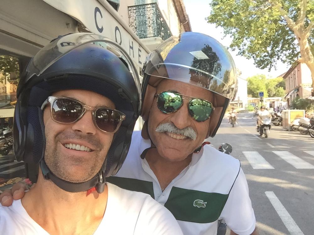 Saint-Tropez Classic Tennis Tour 2015 - Petite ballade en scooter dans les rues de Saint-Tropez et petit selfie avec le très sympatique Mansour Bahrami